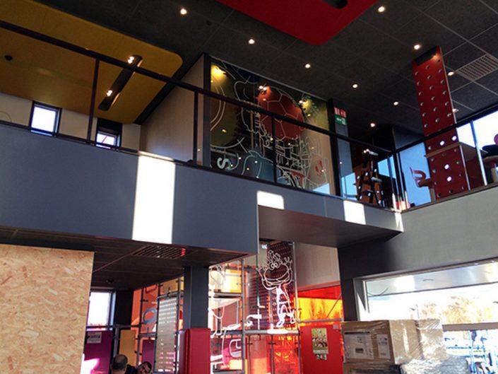 décoration vitrage - placement du décor et de la signalétique au Quick Kuringen. La signalétique de sécurité, incendie, évacuation et le parcours client